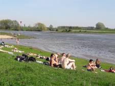 Genieten van het mooie weer aan de Rijn bij Wageningen