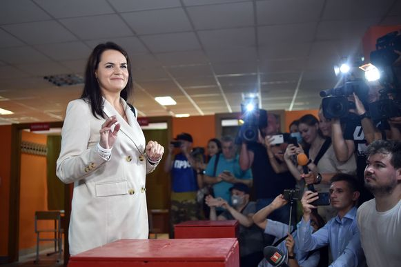 Svetlana Tichanovskaja bij het uitbrengen van haar stem op 9 augustus.