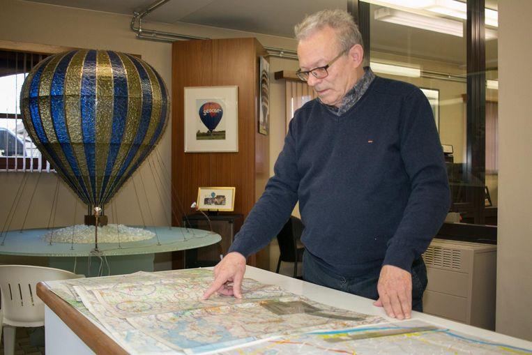 Gaston De Rudder bereidt in zijn hoofdkwartier de volgende vlucht voor.
