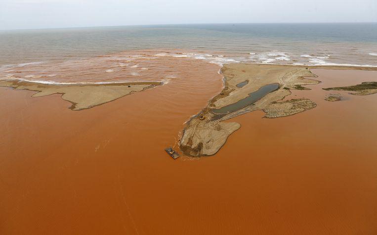 De plek waar de giftige modderstroom in de oceaan stroomt.