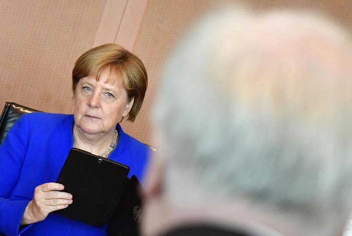 Bondskanselier Angela Merkel (l) en Horst Seehofer (r).