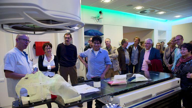 Bezoekers in het Antoni van Leeuwenhoek krijgen uitleg van medisch personeel. Het ziekenhuis is gespecialiseerd in kankerbestrijding. Beeld anp