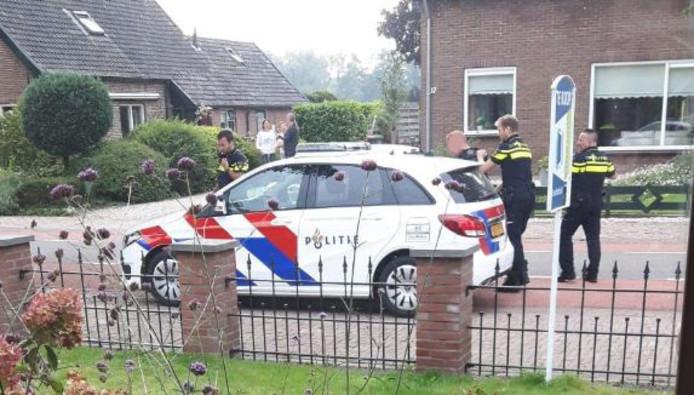 Agenten arresteren op de Emperweg een van de twee verdachten.
