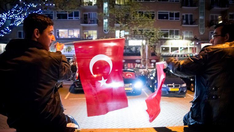 Turkse Nederlanders vieren in het centrum van Rotterdam de uitslag van het Turkse referendum Beeld anp