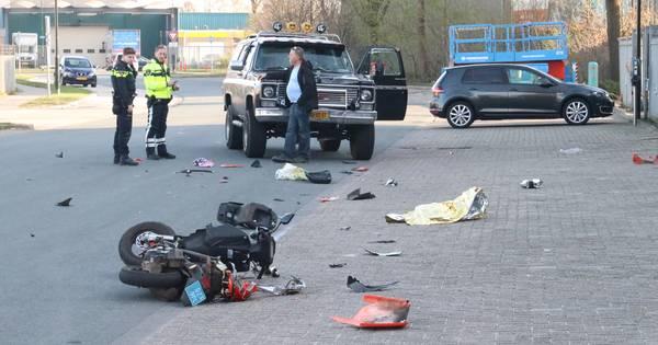 Scooterrijder zwaargewond na aanrijding met auto in Apeldoorn.