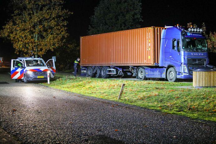In de cabine van de truck werd zondag een dode man aangetroffen.