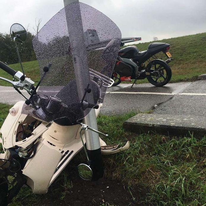 De scooter van Ite Toelstra zet hij tegen een lantarenpaal na het ongeluk.