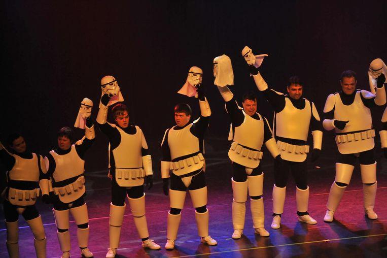 De kinderen, met hun zelfgemaakte kostuums, tijdens de voorstelling.