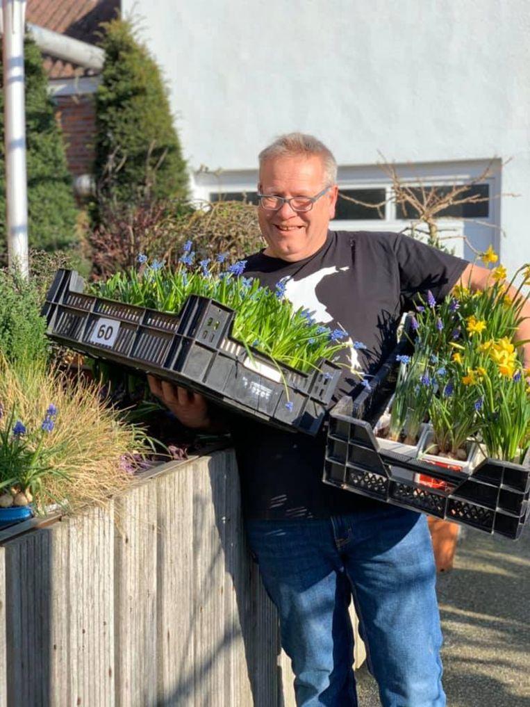 Ludo Annaert schenkt zijn bloemen weg aan de bewoners van het rusthuis Herfstdroom in Buggenhout.