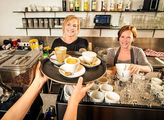 Glorieus winnares Jo McCambridge van Urban Espressobar serveert de perfecte koffie, links manager Jacolien Stubbe.