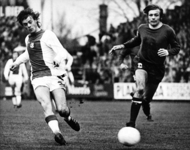 Als speler van FC Utrecht in 1973 in achtervolging op Rep van Ajax. Beeld anp