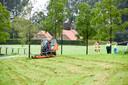 Het 6-jarige meisje kwam door nog onbekende oorzaak onder de grasmaaier terecht.