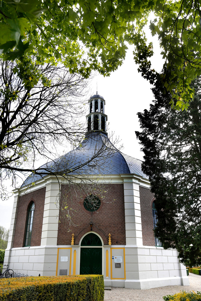 Het dorp moet het niet hebben van de vele monumenten. Een uitzondering is de Koepelkerk.