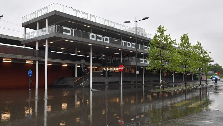 Straten in de buurt van het station van Berchem staan blank.