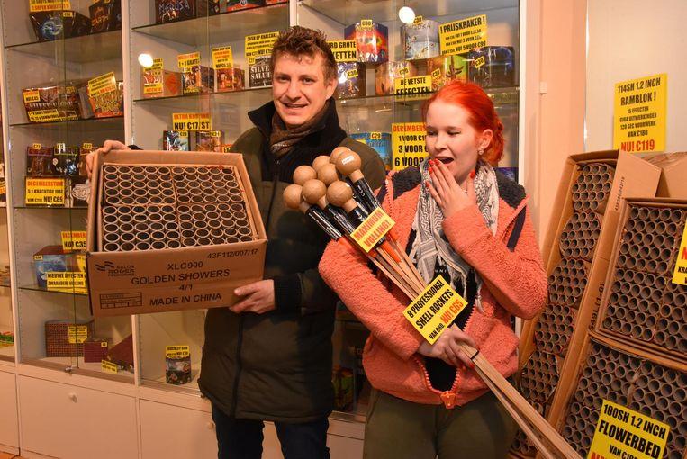 Pieter Loots en zijn assistente Samantha in hun vuurwerkwinkel.