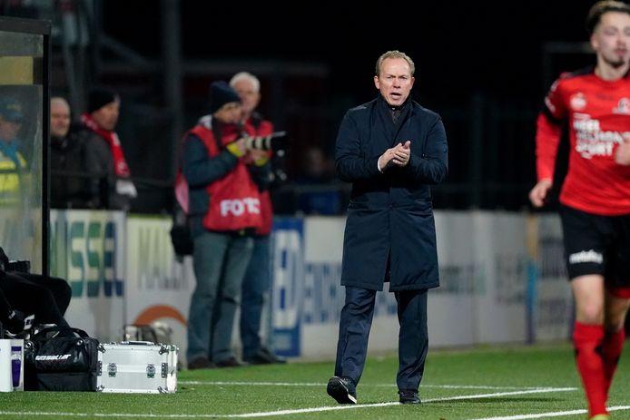 Helmond Sport-trainer Wil Boessen doet er alles aan om de boel op de rit te krijgen.