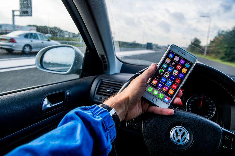 Bij een kwart van alle verkeersongelukken speelt smartphonegebruik een rol.