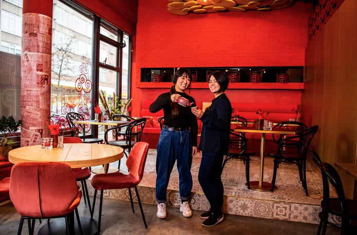 Maggie Mee Yee Chau (links) en Celia Tang zetten met Shanghai Papa de culinaire, Chinese traditie van Chau's ouders alsnog voort.