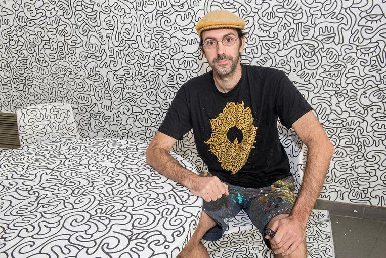 David Maertens laat zijn kunst in de entree van RSL op Post langs de Brugsesteenweg inkleuren door bezoekers.