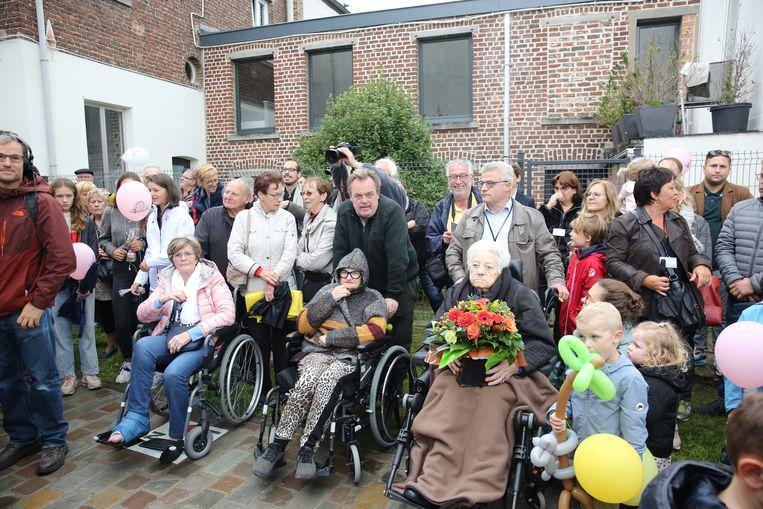 Suzanne, de weduwe van Wim Savenberg, kreeg een bos bloemen van Het Kinderuur tijdens de inhuldiging van het standbeeld.