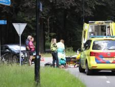 Overstekende wielrenner wordt geschept door Tesla en raakt gewond in Apeldoorn