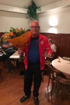 'Onmisbare vrijwilliger' Koos Kegel (64) benoemd tot erelid van volleybalclub DVO