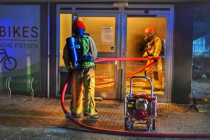 Brandweer probeert met man en macht de brand te blussen.