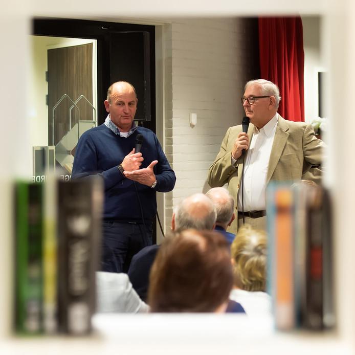 Aftrap campagne 'Zevenbergen leert lezen' in de bibliotheek. Wim Aalbers (rechts) praat met taalambassadeur Cor.