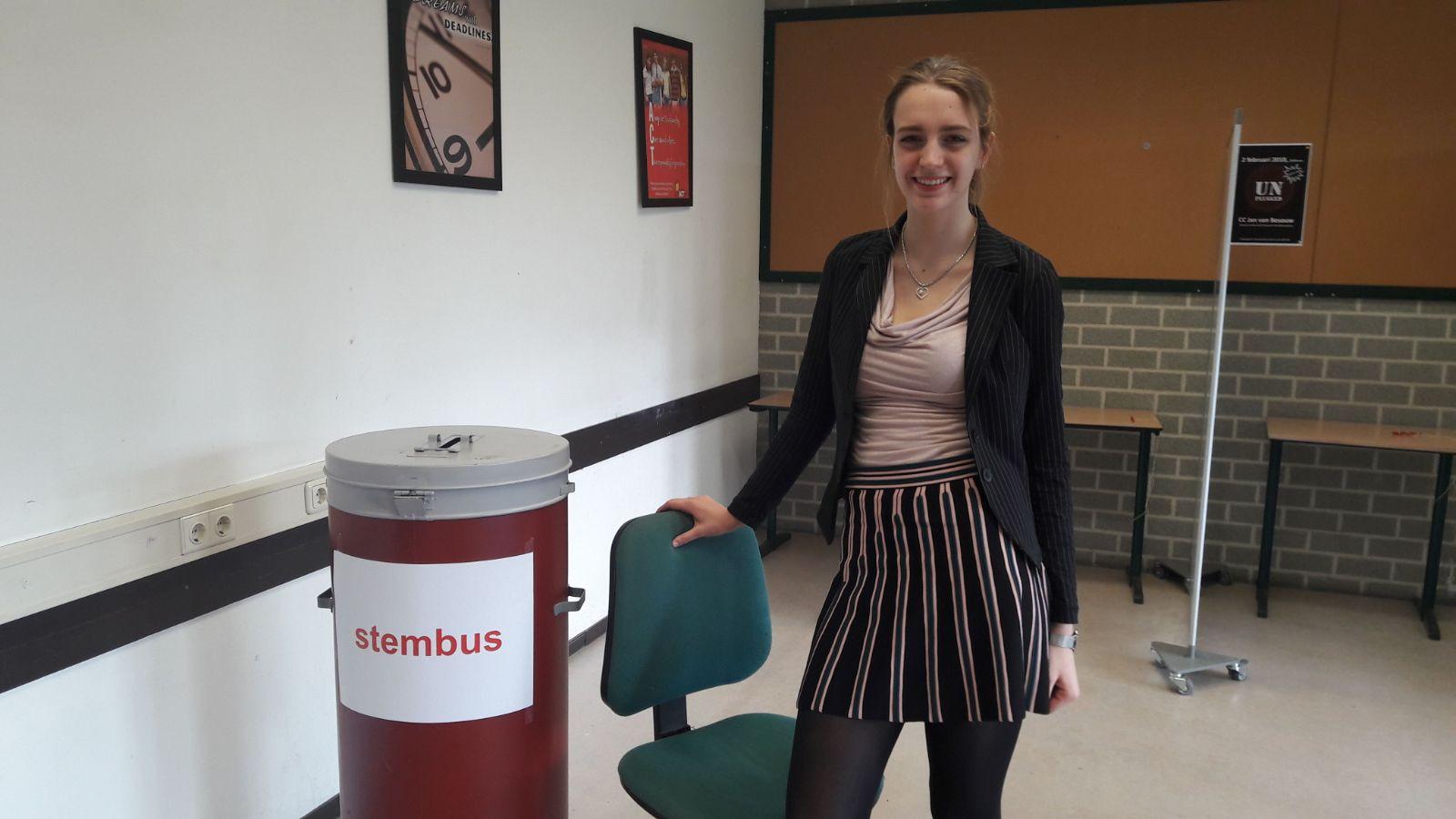 Anne Glerum bij de stembus van de leerlingenverkiezingen.