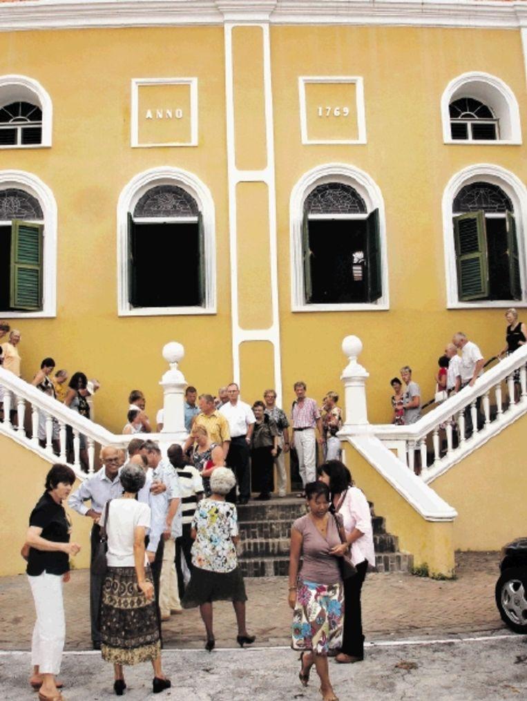 Kerkgangers bij de Fortkerk op Curaçao. (FOTO MARIUS BREMMER) Beeld