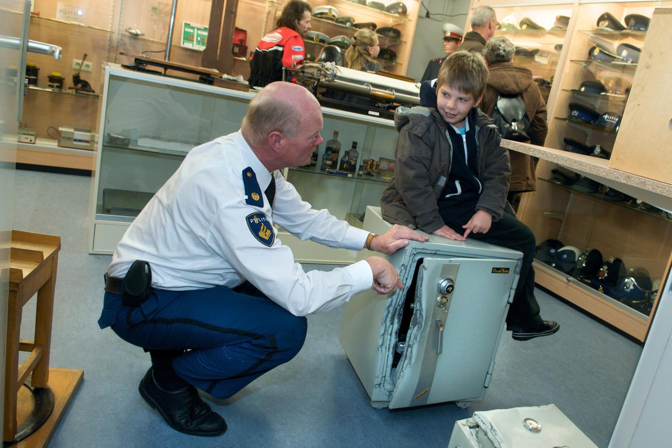 Archieffoto: Kees Prins (links) toont een knulletje een gekraakte brandkast.