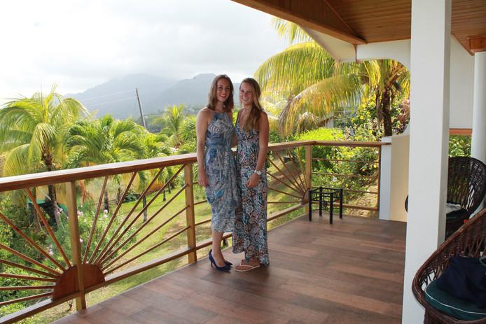 Mandy (links) en Nikki Brouwer vorig jaar op Dominica.