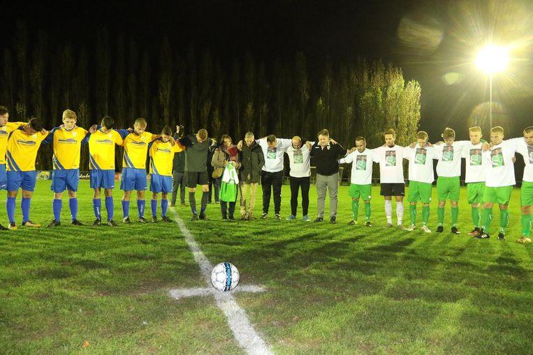Tijdens de minuut stilte hielden de spelers elkaar vast. Zijn team Gold Star Voormezele droeg T-shirts met daarop zijn foto.