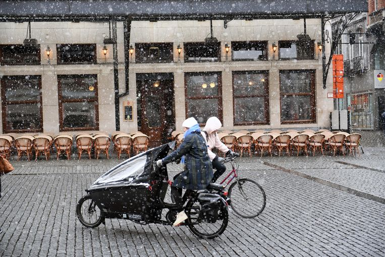 De Grote Markt in Leuven ligt er bijzonder veilig bij ondanks de sneeuwval.