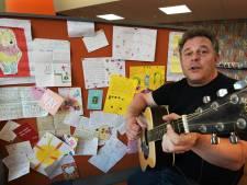 Schooldirecteur Maarten steekt kinderen hart onder de riem met aanstekelijk liedje