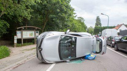 Wagen kantelt na botsing met geparkeerde auto