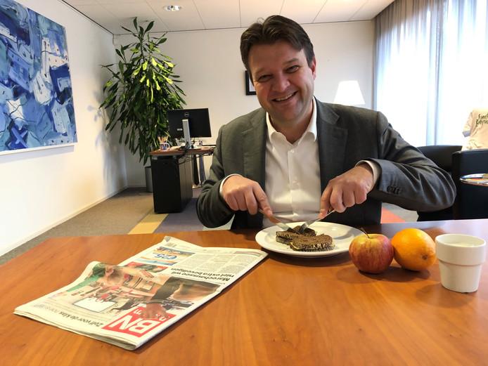 Burgemeester Van Midden (Roosendaal) eet zijn ontbijt.