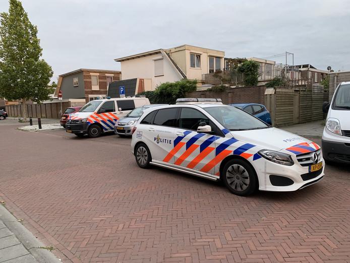 Agenten zoeken in de Kamper wijk.