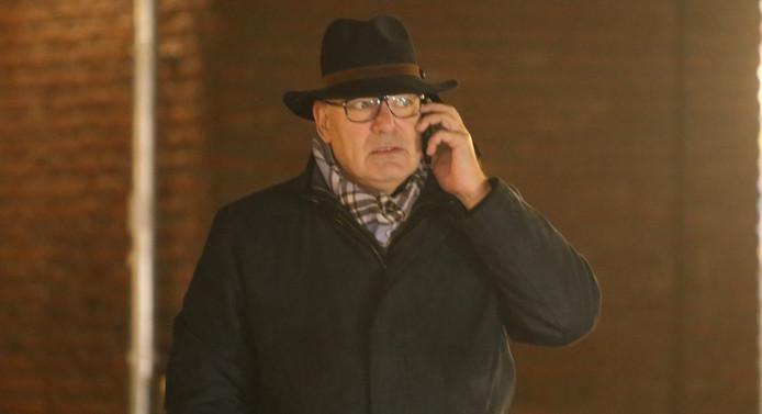 Burgemeester Henny van Kooten is druk bellend na de vondst van een handgranaat bij zijn woning.