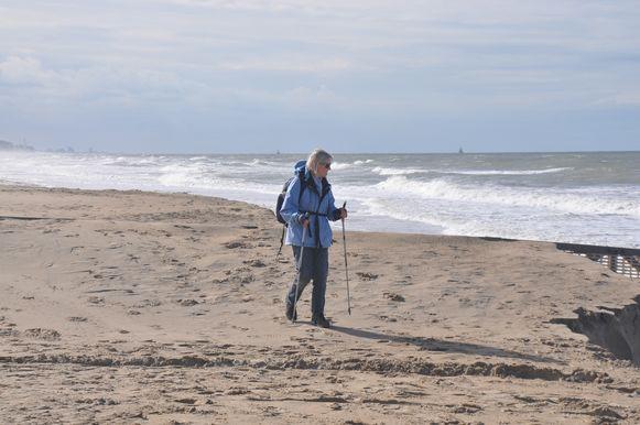Het is ideaal weer voor een strandwandeling.