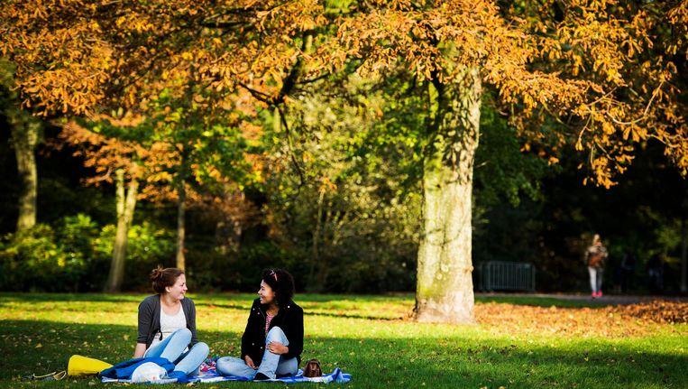 In het park hangen kan ook nog in oktober Beeld anp