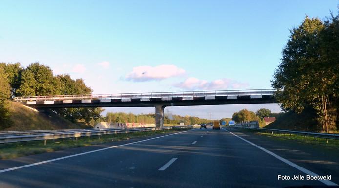 Het viaduct over de A35 is weer zwart-wit