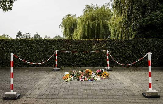 Bloemen op de plek waar Linda werd doodgeschoten