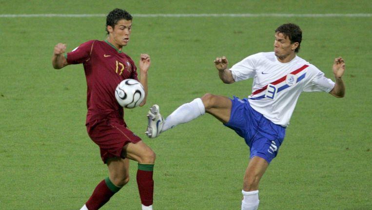 Cristiano Ronaldo (l) in duel met Khalid Boulahrouz tijdens de tweede ronde van het EK in 2006. Boulahrouz kreeg geel, Ronaldo moest geblesseerd het veld Beeld anp