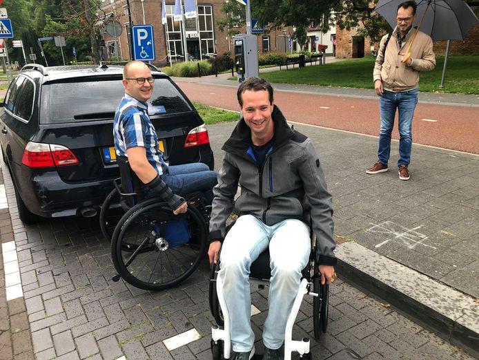 Raadsleden Thijs Melkert (midden), Wilco Mazier (rechts) gingen vorige maand samen met Wilco Bos op pad met rolstoeler Ralph Stoové (links) om te ervaren hoe het is om met een rolstoel door Harderwijk te gaan. Zij komen nu met een voorstel om dit soort hindernissen - de hoge stoeprand - aan te pakken.