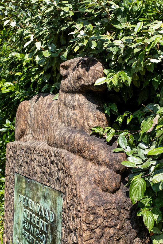 10 augustus waren we in Artis, bij het in 1990 van de Oosterbegraafplaats overgekomen grafmonument van oud-directeur Coenraad Kerbert (1849-1927), gemaakt door beeldhouwer Samuel Klinkenberg. De winnaar is Marianne van Binsbergen.