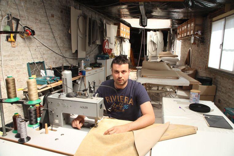 Stijn Sioen aan het werk in zijn atelier.