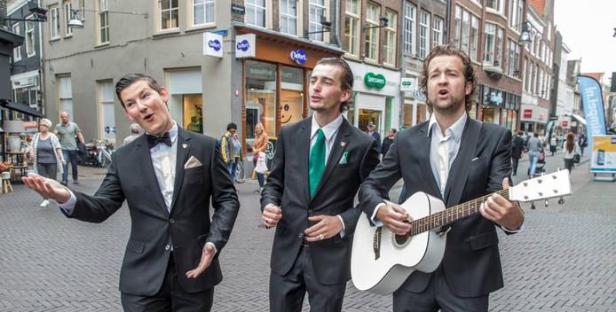 Yronik Onstenk, Tijmen Dokter en Simon Aantjes (vlnr) als De Italianen. Zondag doen ze mee aan het straatmuzikantenconcours Draadloos. Foto Frans Paalman