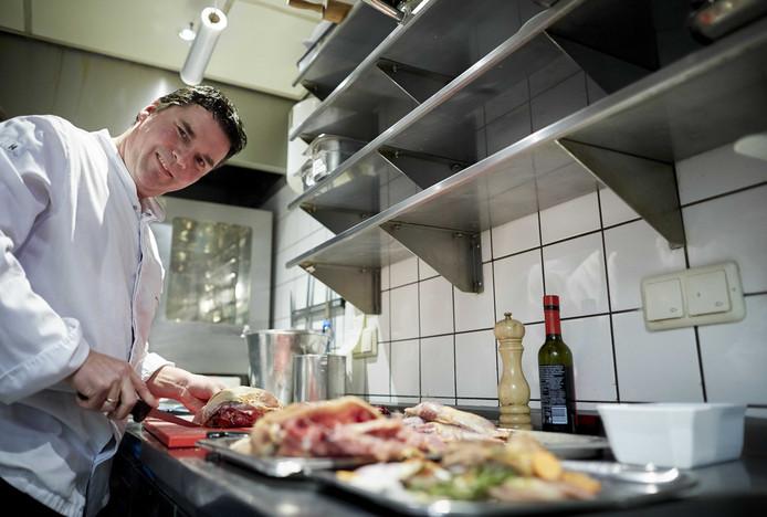 Chef-kok Tonny Berentsen aan het werk in de keuken van De Kromme Dissel.