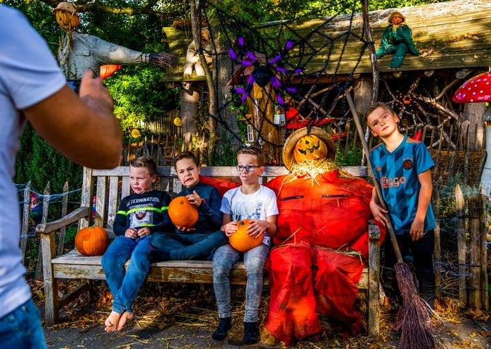 Plaswijckpark is klaar voor Halloween, het hele park is versierd - kinderen gaan op de foto.